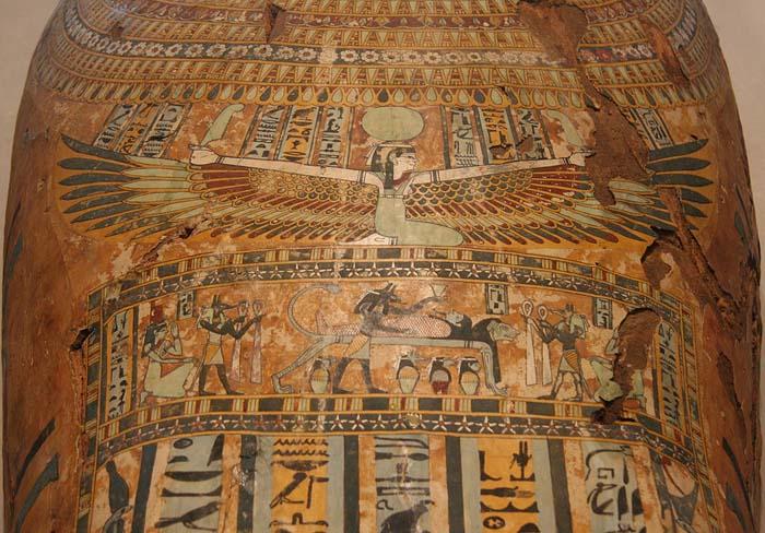 Diosa Nut con sus alas extendidas sobre un ataúd