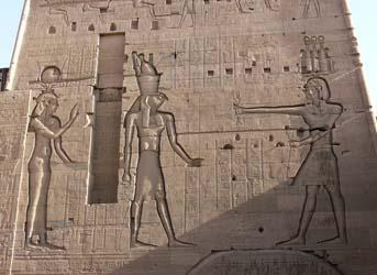 Isis y Horus en el templo de Philae