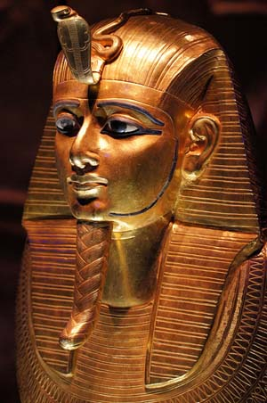 Máscara de oro que indica estatus real y piadoso