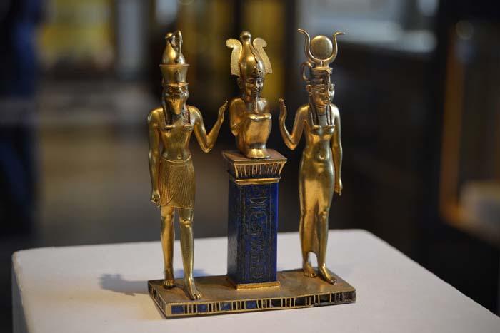 Osiris, con Isis y Horus.