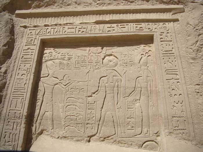 Ramses II hace una ofrenda a Ra y Nekhbet.