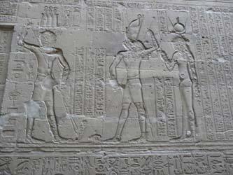 Relieves que representan la historia de Seth y Horus, en el Templo de Edfu