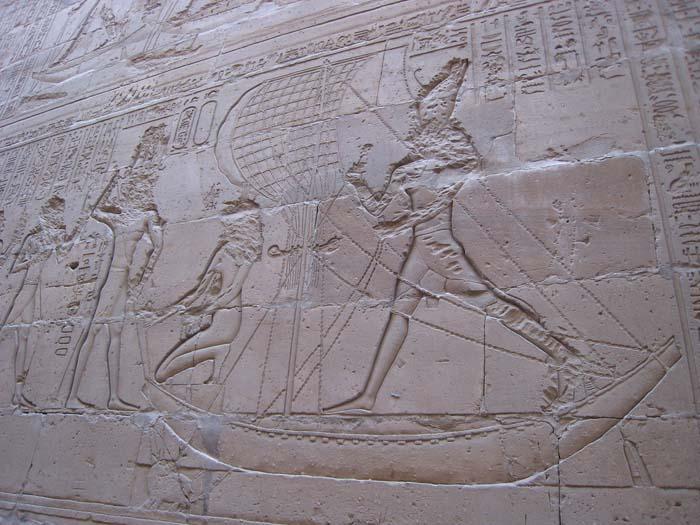 Representación de Horus derrotando a Seth, en el Templo de Edfu