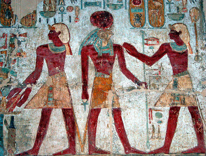 Amun-Ra (centro) en el templo de Amada