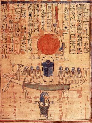 Monja levantando la barca solar.