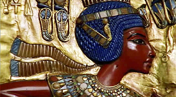 Representación de Tutankamon en el panel posterior de su trono