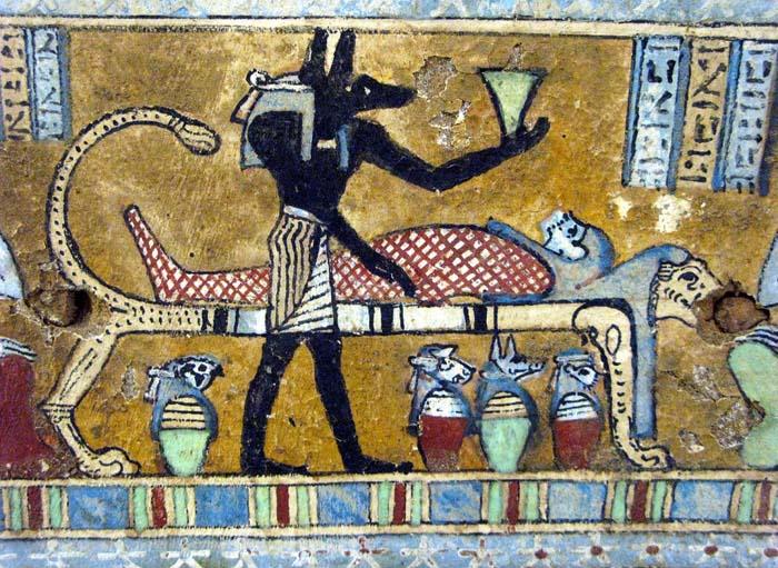 Anubisrepresentado durante el proceso de momificación