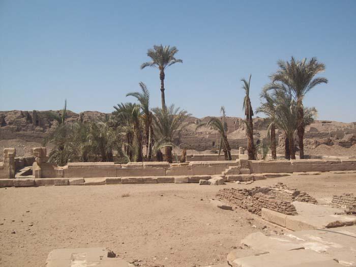 El lago sagrado en el templo de Dendera