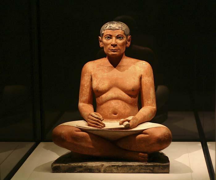 Estatua de un escriba sentado en el Louvre