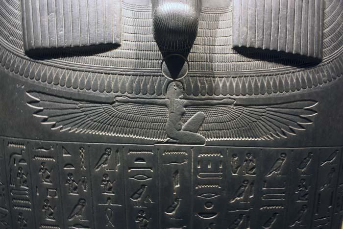 Sarcófago mostrando escritos del Libro de los Muertos